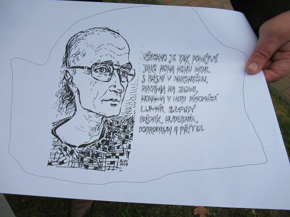 Příznivci táborského básníka, hudebníka a cestovatele Lumíra Slabého vydali jeho poslední dílo, díky veřejné sbírce vznikla i pamětní deska s portrétem.