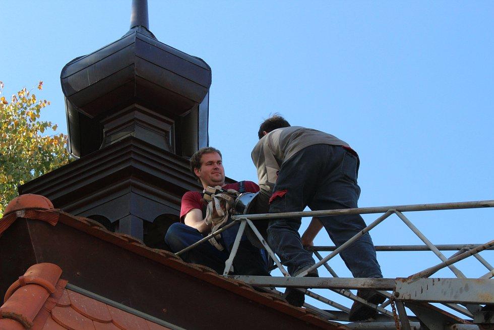 Farář v sobotu požehnal novému zvonu pro Lžín.