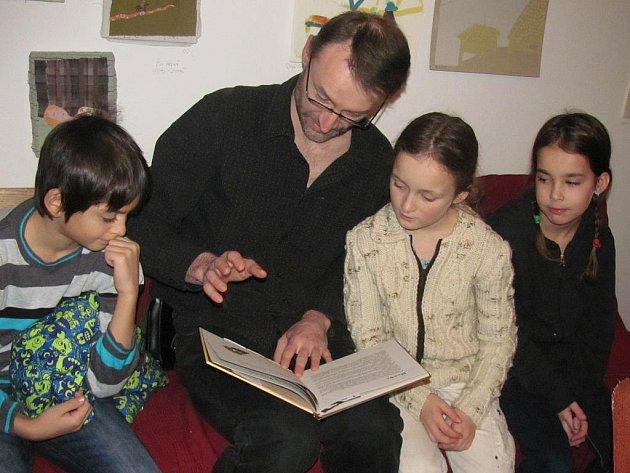 Jiří Dvořák četl dětem.