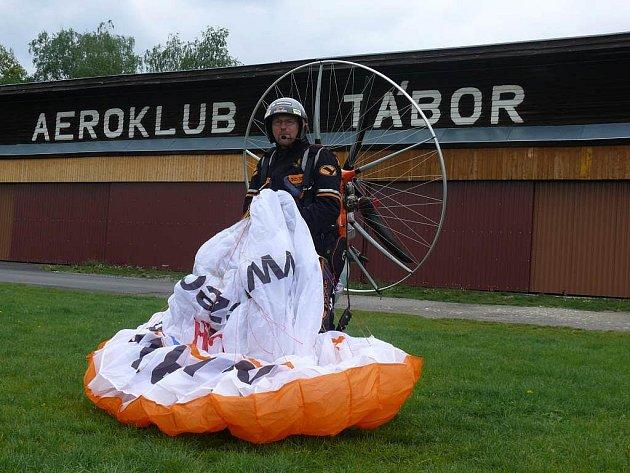 Světový rekord na motorovém padákovém kluzáku hodlá pokořit pilot a propagátor létání Miroslav Oros, který přistál ve středu 4. května i v Táboře na letišti Čápův dvůr.