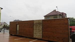 Starý přepravní kontejner vám táborská firma předělá na luxusní bydlení. Konstrukci 2KK využívají mladí jako startovací bydlení, či chalupáři jako plně vybavený rekreační objekt.