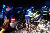 """Hasiči po nehodě osobního auta u Všechlap na Táborsku """"vystřihávali"""" dvě zaklíněné osoby."""