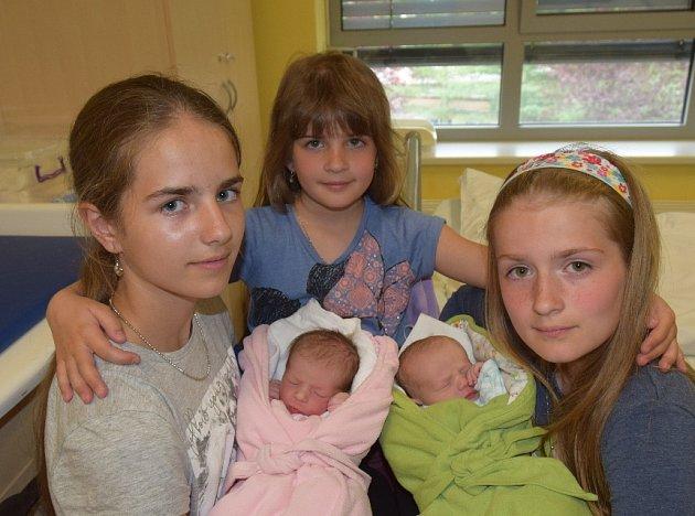 Viktorie a Vítek Šmejkalovi ze Sezimova Ústí. Dvojčátka se narodila 6. června v 8.26 hodin. Viktorie (vlevo) vážila 2430 gramů a  měřila 46 cm, Vítkovi navážili 2800 gramů a naměřili 48 cm. Doma  dvojčátka mají sestřičky Vendulu (12), Violu (7) a Veroniku
