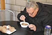 Také František Svoboda si přišel pro porci teplé polévky.
