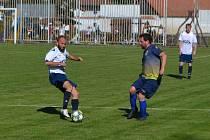 Tomáš Pikl (v bílém u míče) v zápase proti Malšicím.