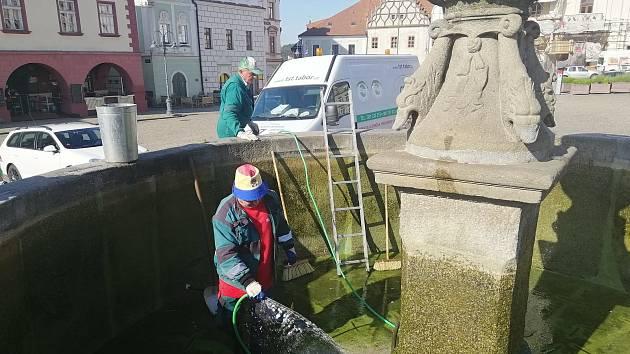 V pondělí 1. června Technické služby čistily kašny v centru Tábora.