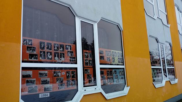 Výstava za okny veselského kulturního domu pokračuje. Tentokrát přijdou na řadu fotky z let 2000 - 2020.