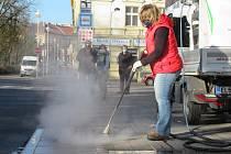 Ve středu 8. dubna čistili zaměstnanci Technických služeb Tábor podruhé frekventované zastávky MHD.