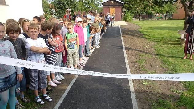 Základní škola v Čekanicích se dočkala rekonstrukce sportoviště pro skok daleký.