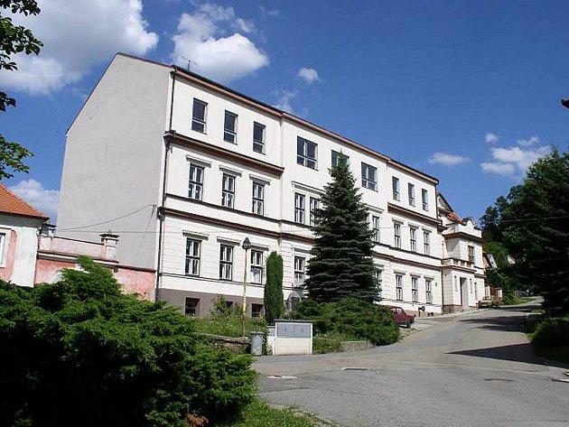 Základní škola v Mladé Vožici – č.p.24. Budova staré školy – č.p. 23 stávala na prostranství mezi kostelem a farou ( dnes je zde malý parčík).
