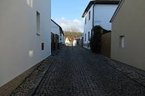 Klášterní ulice v Sezimově Ústí odhalila svou historii, archeologové i antropoložka stále zkoumají lidské ostatky i zdivo kláštera.