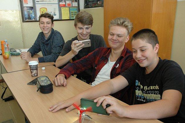 Soběslavští gymnazisté, zleva: Martin Sabiniok, Filip Lhoták, Filip Kubeš a Ondřej Vančata při pokusu s fotovoltaikou.