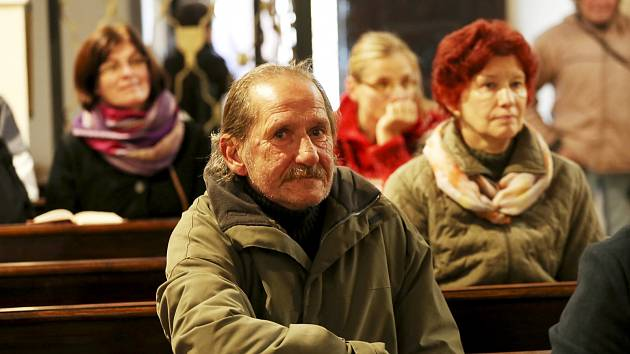 Při bohoslužbě v klokotském kostele zněla z úst lidí bez domova zejména přání, aby se měli jejich zesnulí kamarádi lépe a aby oni ve zdraví přežili zimu. Připojil se i Zdeněk Kovanda.