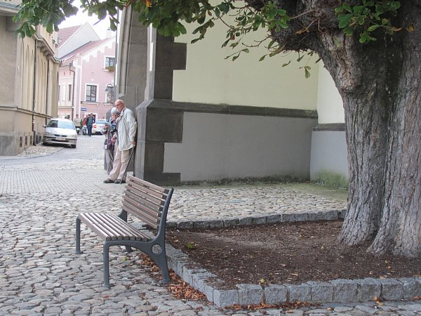 Lavička ukostela na Žižkově náměstí.