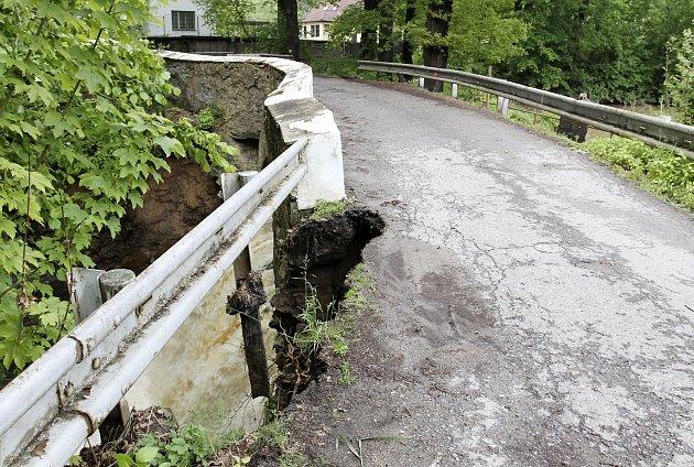 HRÁZ Mlýnského rybníka loni při povodních nevydržela nápor vody a vkomunikaci vymlela díru.