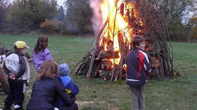 V Jistebnici již počtvrté pálili Masarykovy vatry.