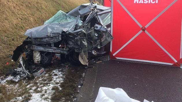 Řidič osobního auta na Táborsku zemřel při střetu s kamionem.