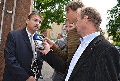 Jiří Berka (vlevo) před táborským soudem.