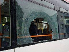 Černý pasažér vykopl sklo autobusu přímo na dětský kočárek. Dítěti se naštěstí nic nestalo.