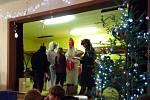 Do Bechyňské Smolči v sobotu 7. prosince na vánoční jarmark dorazil Lucifer, Mikuláš, andělé i další čerti.