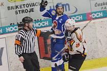 Vloni si Tábor a Jablonec zahrály kvalifikaci o WSM ligu. Na snímku je táborský Tomáš Matušík (v modrém) a jablonecký Petr Pilař. Letos  se oba týmy potkají ve 2.  kole play off.
