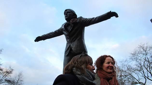 Na odhalení sochy herce Jiřího Hrzána dorazily do Tábora i obě jeho dcery Barbora a Tereza.