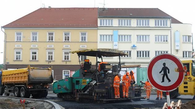 Od dnešního dne stavbaři zprůjezdní pro osobní automobily i autobusy ulici Na Parkánech.