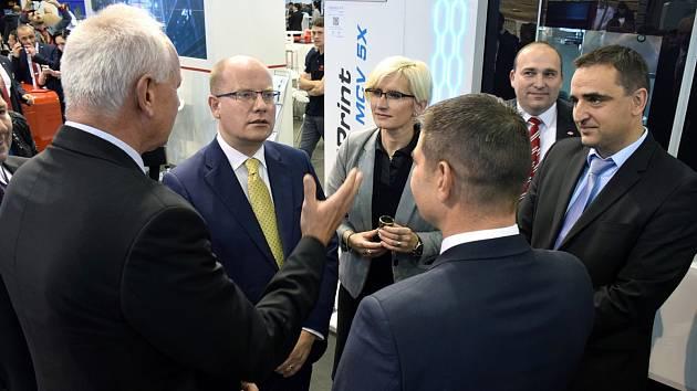 Stánek Kovosvitu navštívil i premiér Bohuslav Sobotka. Libor Kuchař vpravo.