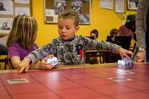 Děti se hravou formou naučí programovat roboty. Ilustrační foto.