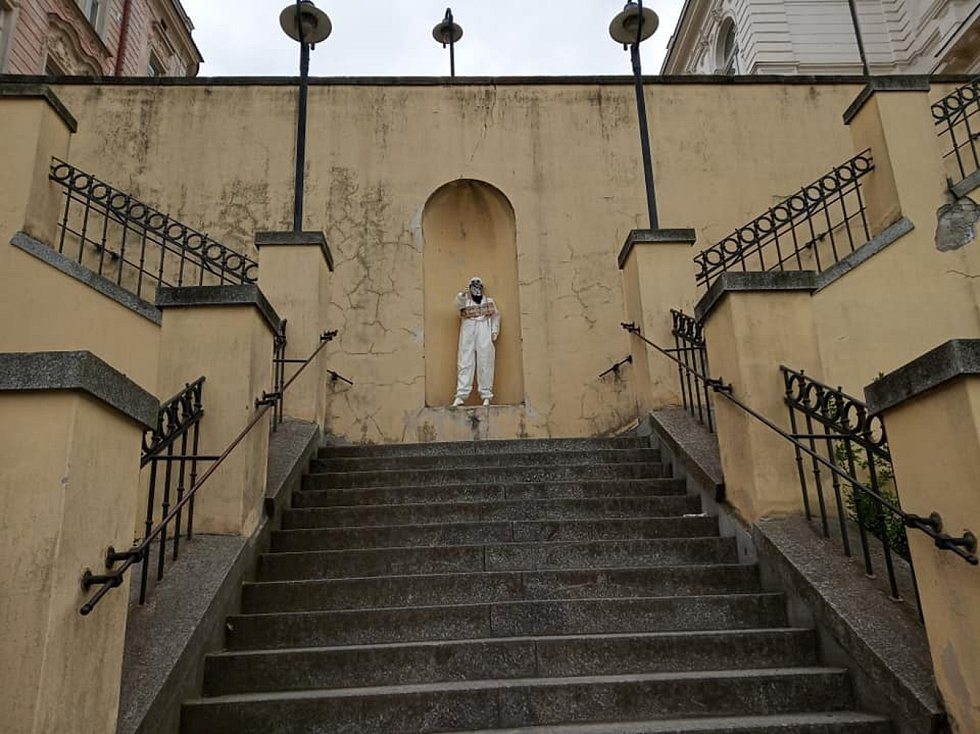 Ve výklenku u kulturního domu Střelnice se v neděli 30. května odpoledne objevila zvláštní figurína. Večer už ležela na schodišti.