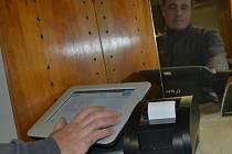 Zkušenosti s EET pokladnou získává už dva týdny ve Smilových Horách Radek Jech.