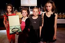 Basketbalový tým ŠBK Tygřice Borotín je dvojnásobným vítězem čtenářské ankety. Na snímku zleva jeho zástupkyně Anna Zrůstová, Darina Peterková, Eliška Nováková a Monika Babická.