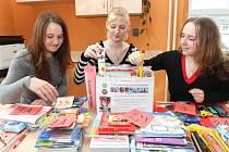 Studentky Střední zdravotnické školy v Táboře, zleva Ludmila Charyparová, Kateřina Kondášová a Veronika Vachová. Dívky vybraly potřeby do škol v afghánském Lógaru.