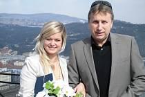 Komentáře Františka Štvána na aktuální dění mohou čtenáři najít v Táborském deníku i několikrát týdně na stránce U nás doma. Na snímku je zachycený v Březně s dcerou své přítelkyně Pavlínou Žáčkovou, která letos promovala.