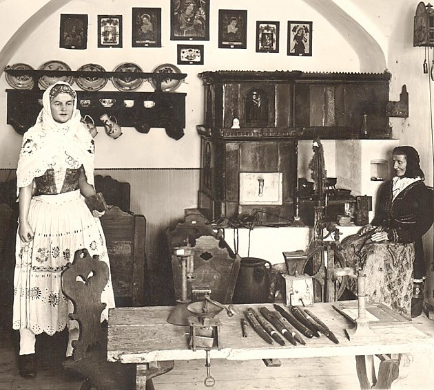 Snímek zachycuje expozici selské světnice před rokem 1938.Tato místnost byla první stálou výstavou, jíž  bechyňské  muzeum vroce 2006po 14letech obnovilo provoz.
