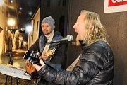 Náměstí T.G.M. v Táboře se sešly stovky lidí, aby si zazpívaly koledy. .