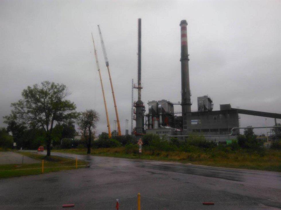 V pátek se měl demontovat komín teplárny v Plané, který poškodil oheň. Déšť to zastavil.
