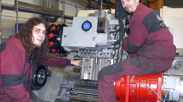 PŘI PRÁCI. Petr Myslivec (vlevo) a Jan Boháč pracují na výrobě CNC soustruhu. Kovosvit je dodává v pěti technologických variantách. Na jeho předchůdci v ruském Krasnojarsku vznikly trysky do olympijské pochodně