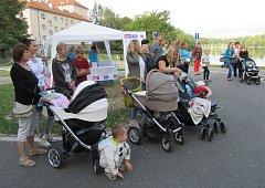 Třicítka účastníku včetně tatínků i prarodičů se vydala na první dobročinnou procházku na podporu