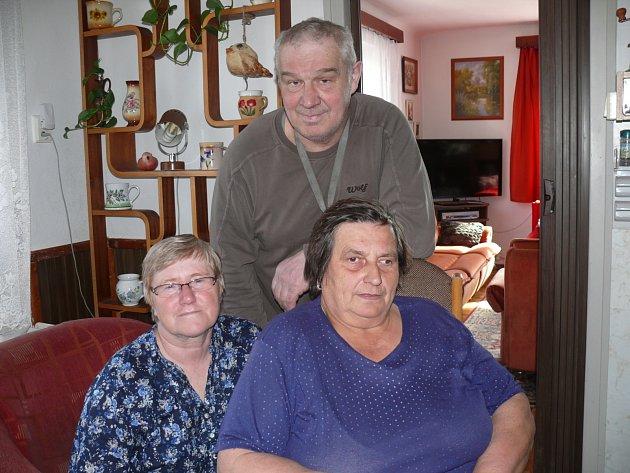 BÝVALÍ ŽÁCI. Do řepečské školy chodívali Antonín Kovář, Stanislava Kolihová (vlevo) a Věra Nikitinská.