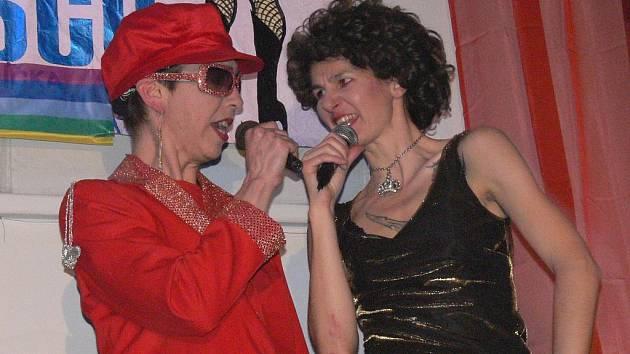 Kabaretní umělkyně  Monsieur La Gateau a Madame Le Chocolat v převlecích za Eltona Johna a Kiki Dee předvádí svou taneční show.