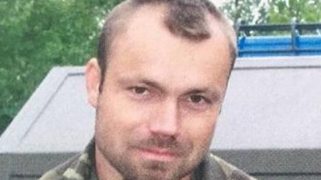 Četař Tomáš Neškodný zachránil tři tonoucí.