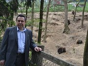 Evžen Korec u výběhu s medvědy v táborské zoo.