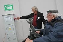 František Šmaus z Tábora havaroval na motorce, od té doby je upoután na invalidní vozík. Deset let už používá elektrický. Včera si vyzkoušel veřejnou dobíjecí stanici na budově táborské průmyslové školy. Ta službu do konce příštího roku nabízí zdarma.