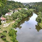 Krásný pohled na slavný Křižíkův most je z bechyňské  klášterní zahrady.
