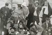 Maškarní průvod v Myslkovicích v roce 1979.