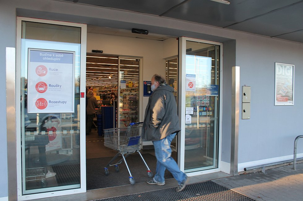 Rozestupy v obchodním domě Tesco ve Veselí nad Lužnicí koordinovala ve středu 18. listopadu pracovnice obchodu hned u vchodu.