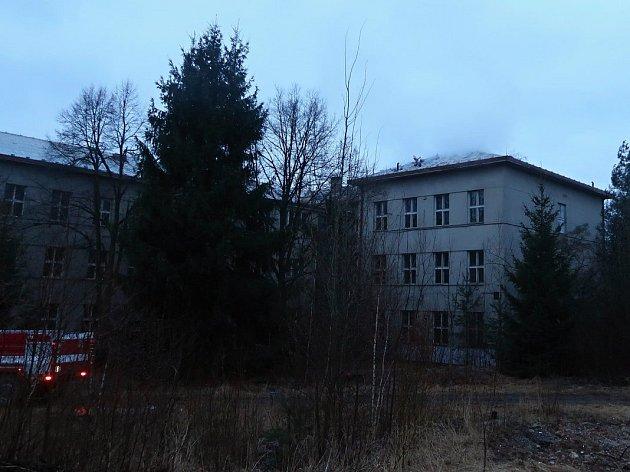 VTáboře hasiči ve čtvrtek ráno likvidovali požár střechy vdomě Na Písecké.