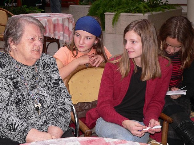 Dědečky a babičky do táborského G – centra přišly včera potěšit děti ze Základní školy Orbis Pictus.