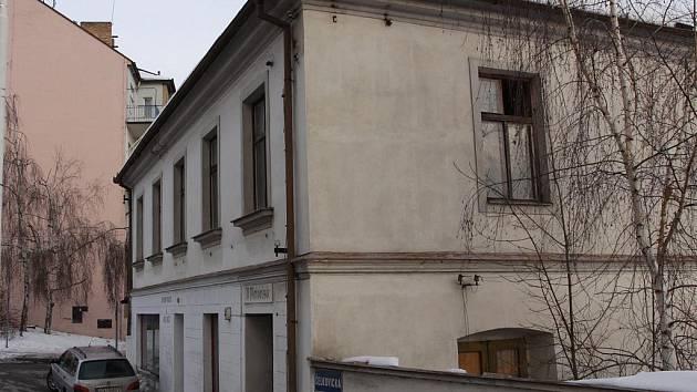Popraskané stěny, odlupující se omítka, rozbitá okna. To je jen odhad škod na neudržovaném domě na první podhled.
